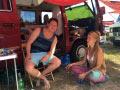 Elba V. genießt mit Freunden und einem gemieteten Camper von BulliHoliday ein Festival.