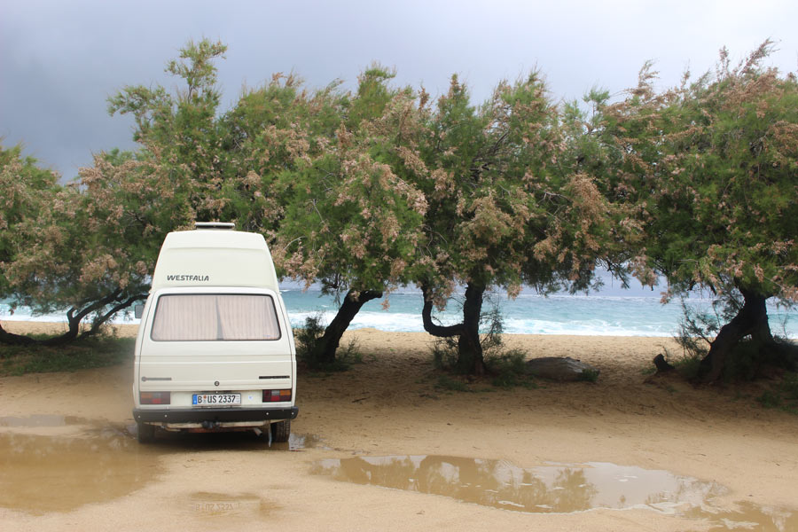 10823_Ein-Campingbus-von-BulliHoliday-auf-idylischem-Stellplatz-am-Meer