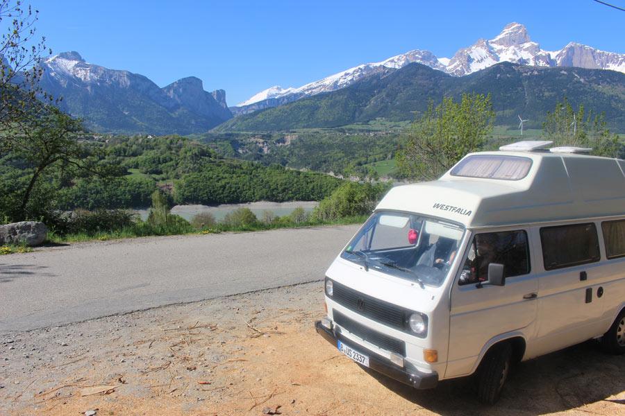 10823_Ein-VW-California-von-BulliHoliday-vor-einem-Bergpanorama