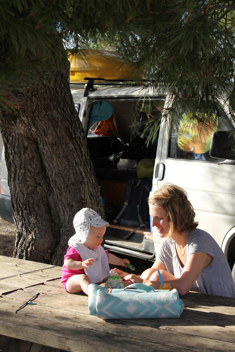 10911_Pause-unter-Pinien-mit-dem-Wohnmobil-und-Familienglück