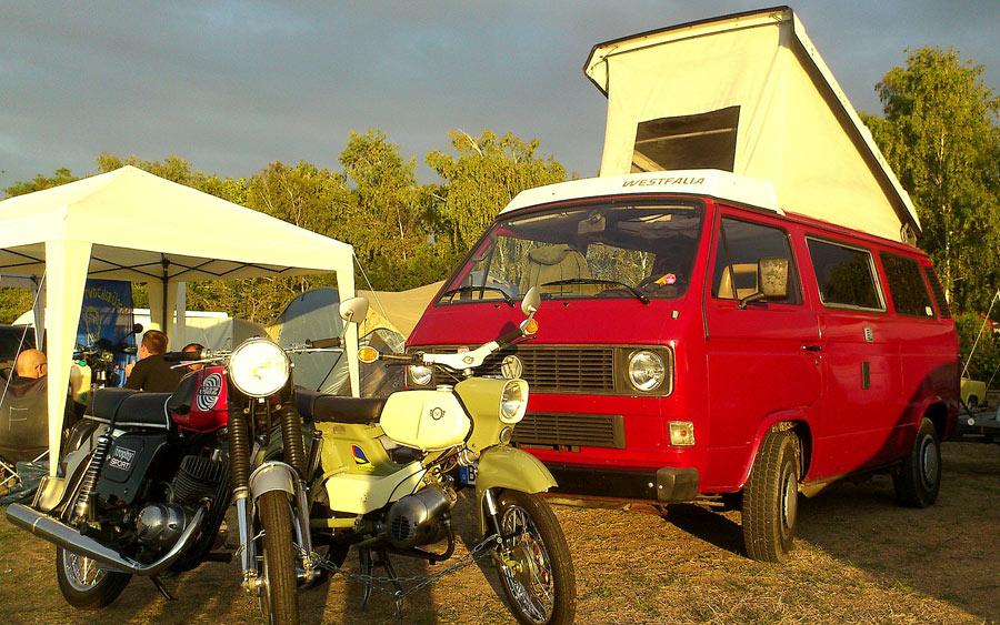 11134_Campingbus-Janine-mit-Aufstelldach-hinter-Motorrädern
