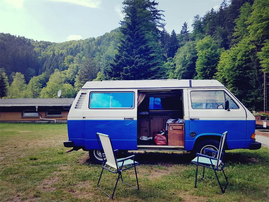 11189_BulliHoliday_Kirsten-unterwegs-mit-VW-Bus-Blumo