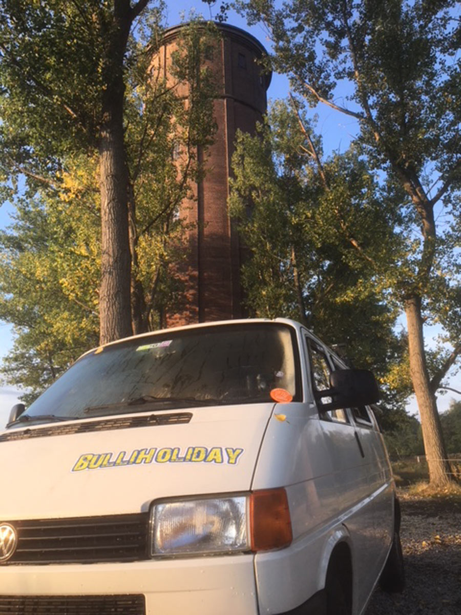 11529_Wohnmobil-von-BulliHoliday-im-Wald-vor-altem-Wasserturm