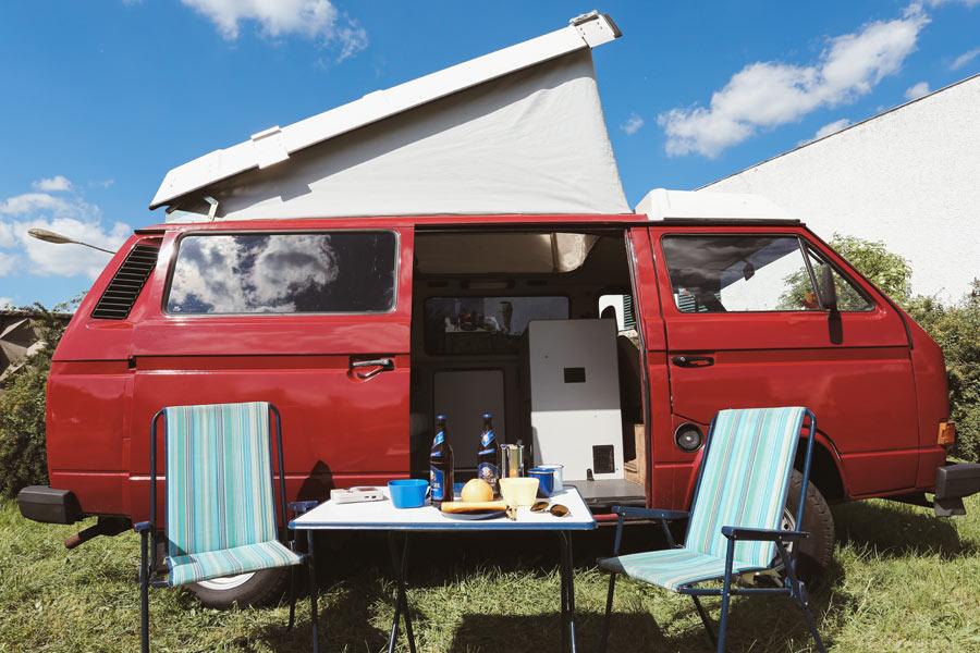 BulliHoliday Bulli Cindy mit Aufstelldach - mit Campingstühlen, Campingtisch und Sonnenschirm