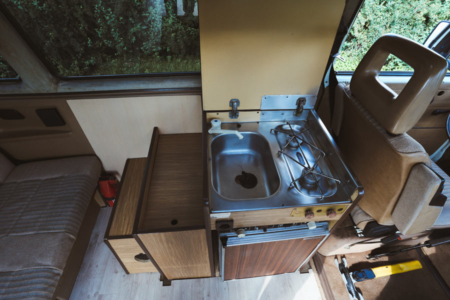 BulliHoliday Camper mieten Carmen - Küchenblock mit geöffneten Schubladen
