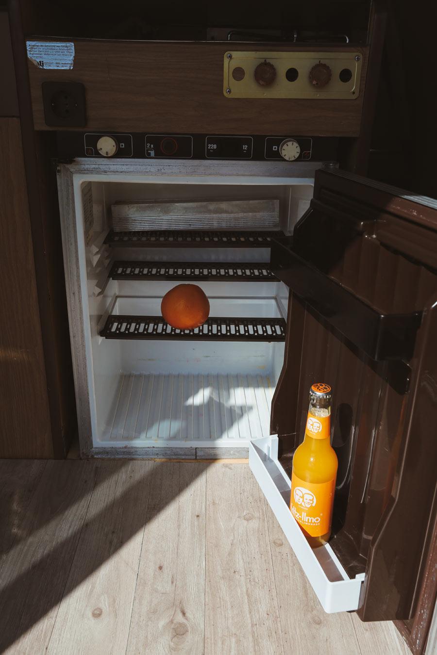 BulliHoliday Camper mieten Carmen - Kühlschrank