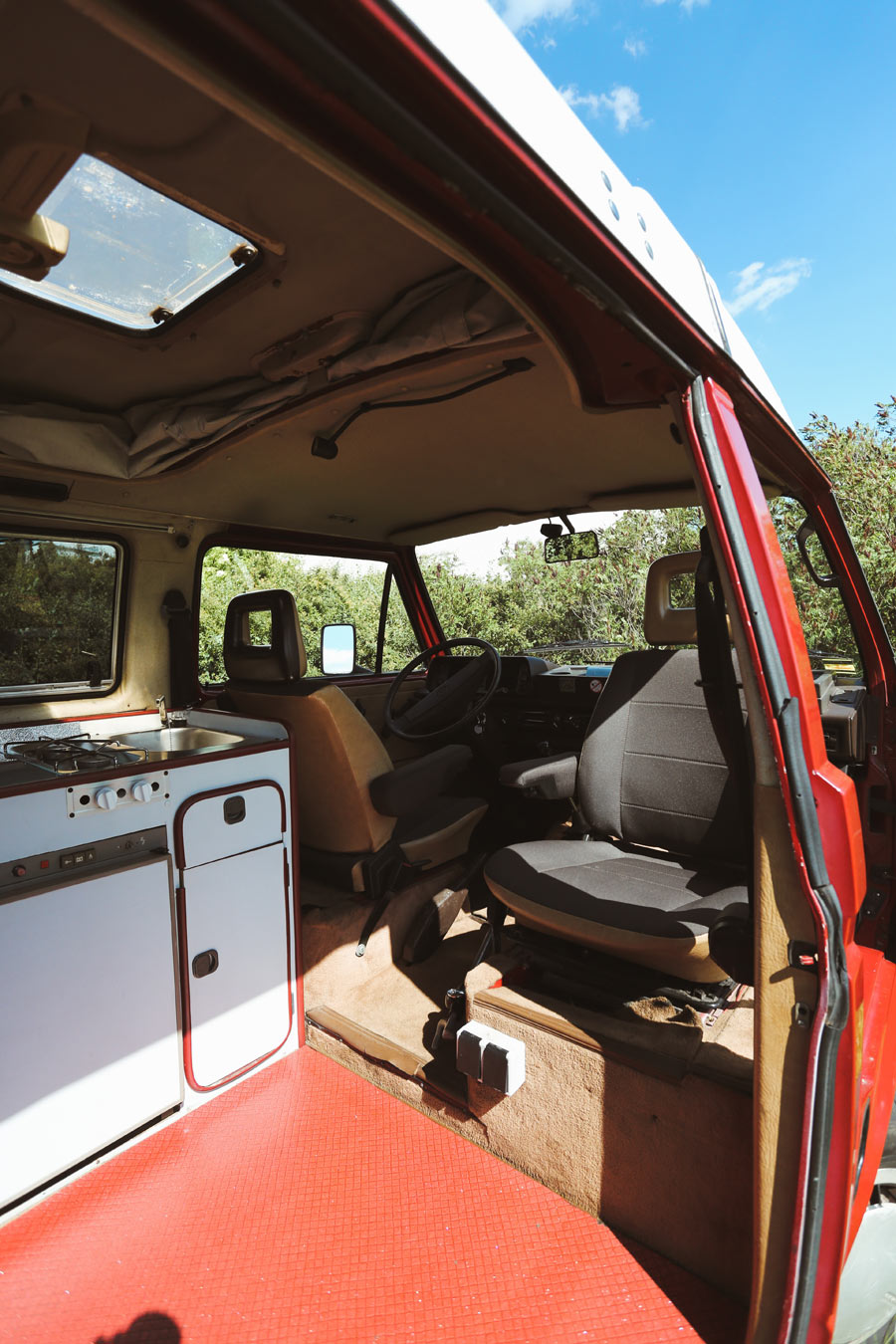 BulliHoliday Campingbus mieten Janine - Küchenblock und Fahrerkabine mit Pilotsitzen 1