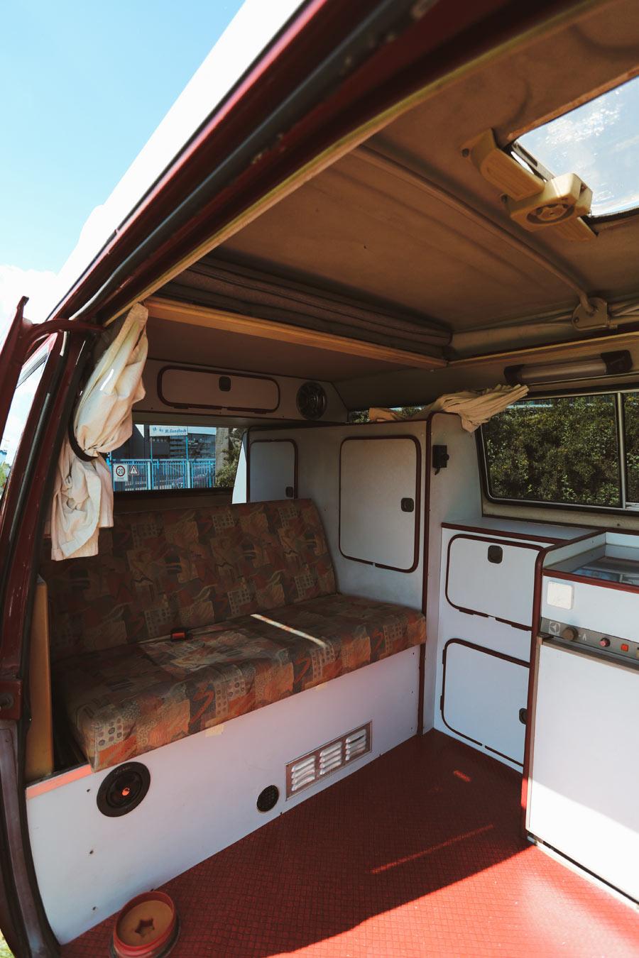 BulliHoliday Campingbus mieten Janine - Wohnraum und hintere Sitzbank