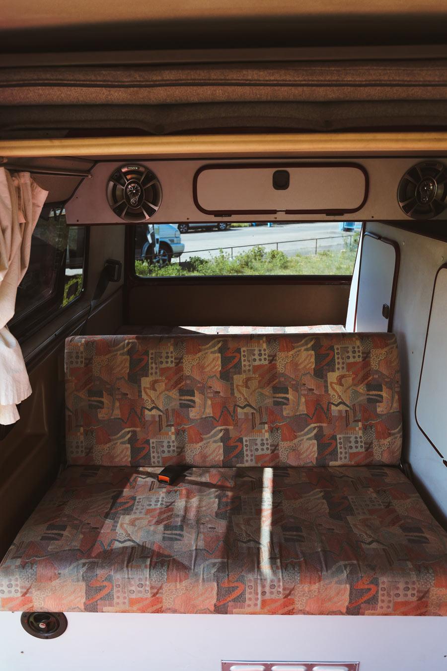 BulliHoliday Campingbus mieten Janine - hintere Sitzbank