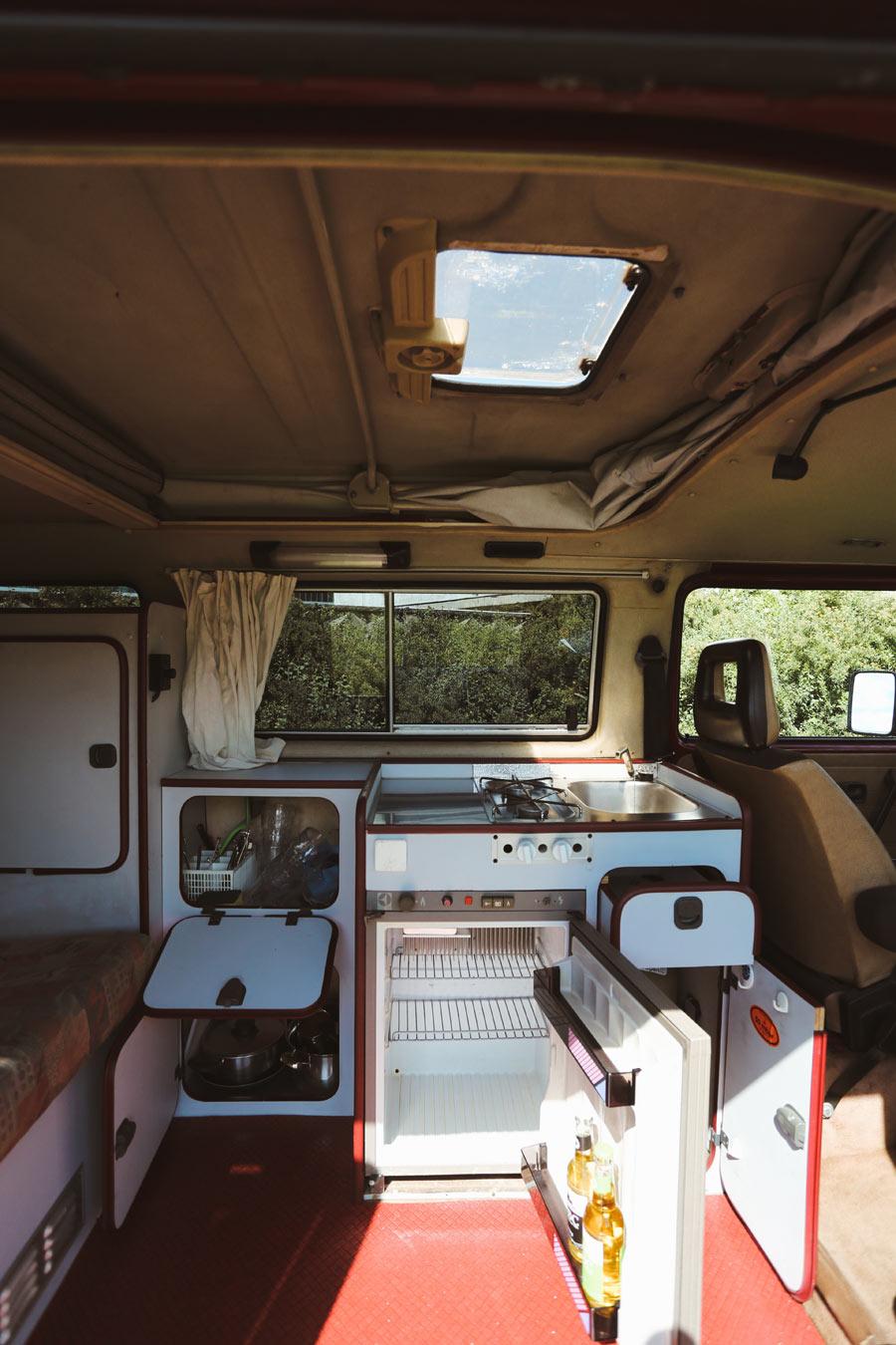 BulliHoliday Campingbus mieten Janine - Wohnmraum und Küche
