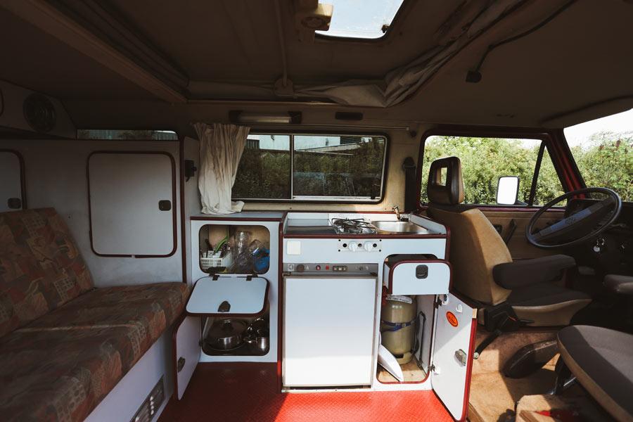 BulliHoliday Campingbus mieten Janine - Wohnmraum und Küche 2
