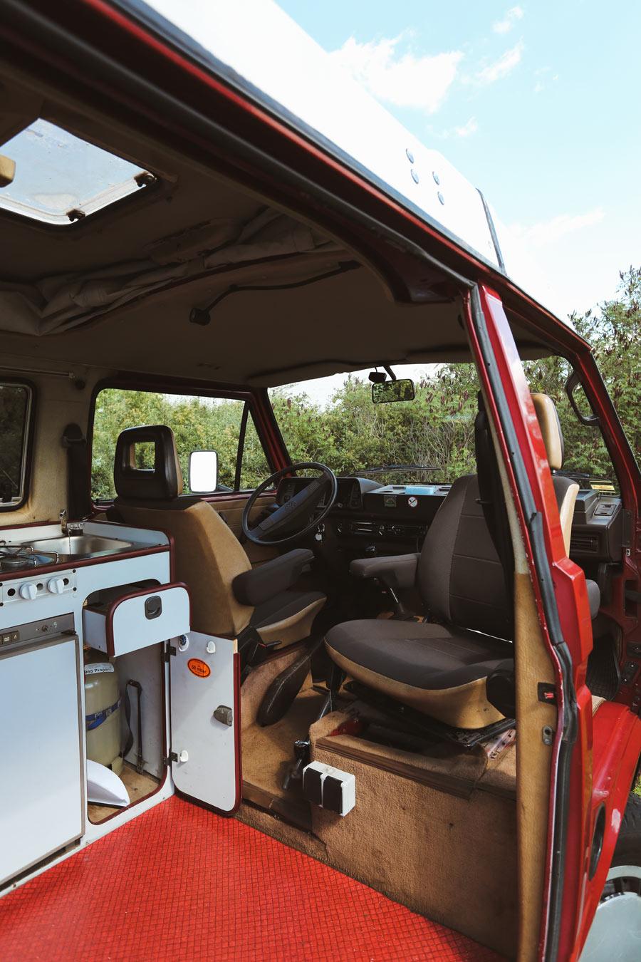 BulliHoliday Campingbus mieten Janine - Küchenblock und Fahrerkabine mit Pilotsitzen 2