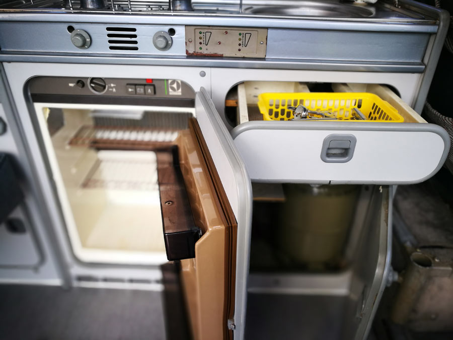 BulliHoliday Campingmobil mieten Lissy - Küche mit Kühlschrank, Schränken und Schublade