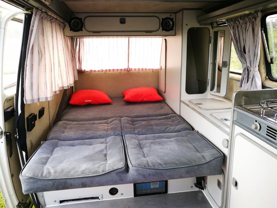 BulliHoliday Campingmobil mieten Lissy - unteres Bett 1