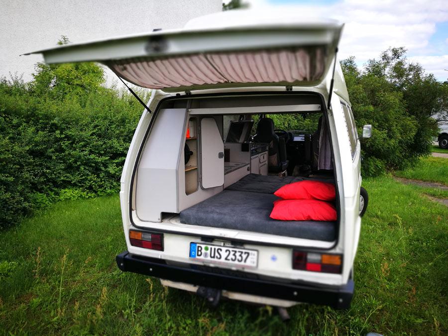 BulliHoliday Campingmobil mieten Lissy - unteres Bett 3 Blick vom Heck
