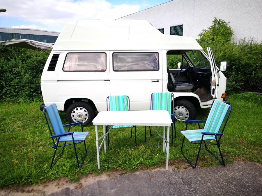 BulliHoliday Campingmobil mieten Lissy - Campingtisch, Campingstühle und Sonnenschirm 1