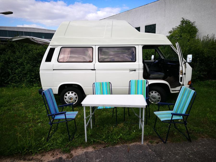 BulliHoliday Campingmobil mieten Lissy - Campingtisch, Campingstühle und Sonnenschirm 2