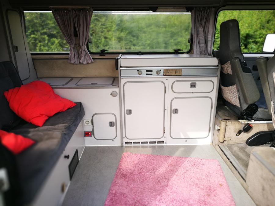 BulliHoliday Campingmobil mieten Lissy - Wohnraum, Küche und Küchenschränke