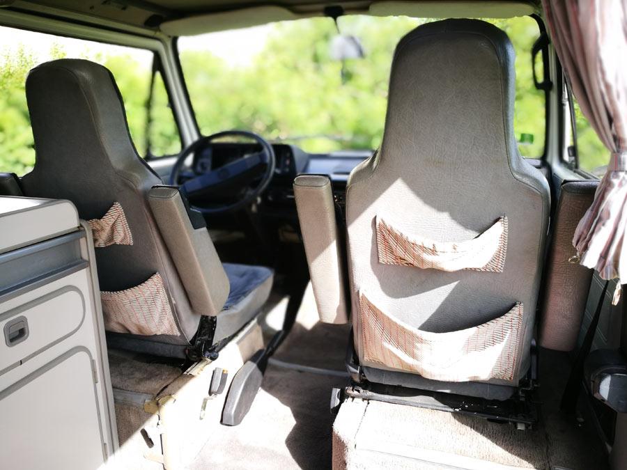 BulliHoliday Campingmobil mieten Lissy - Taschen hinter dem Fahrer und Beifahrersitz