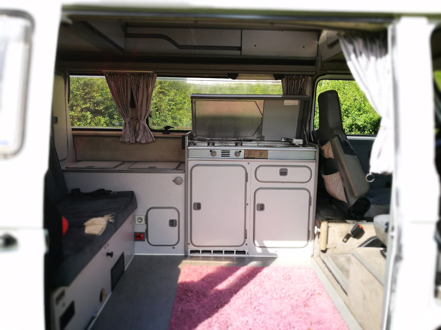 BulliHoliday Campingmobil mieten Lissy - Wohnraum und Küche