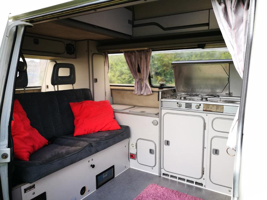 BulliHoliday Campingmobil mieten Lissy - hintere Sitzbank und Küche