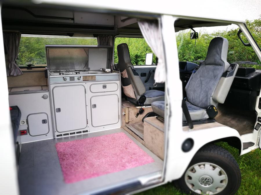 BulliHoliday Campingmobil mieten Lissy - Küche und Fahrerkabine