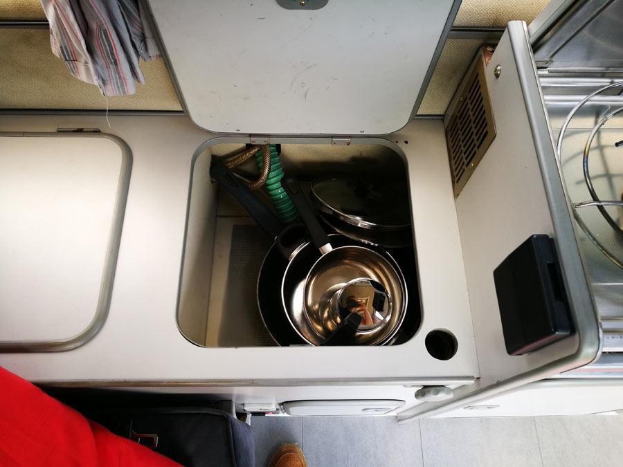 BulliHoliday Campingmobil mieten Lissy - Küchenschränke 1