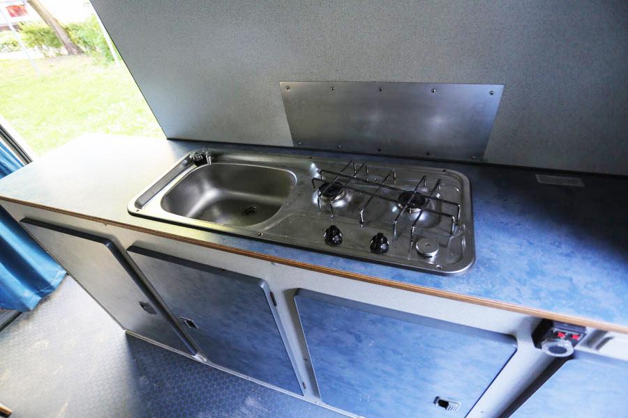 BulliHoliday Reisemobil mieten LT Max - Küche mit Spüle und Herd
