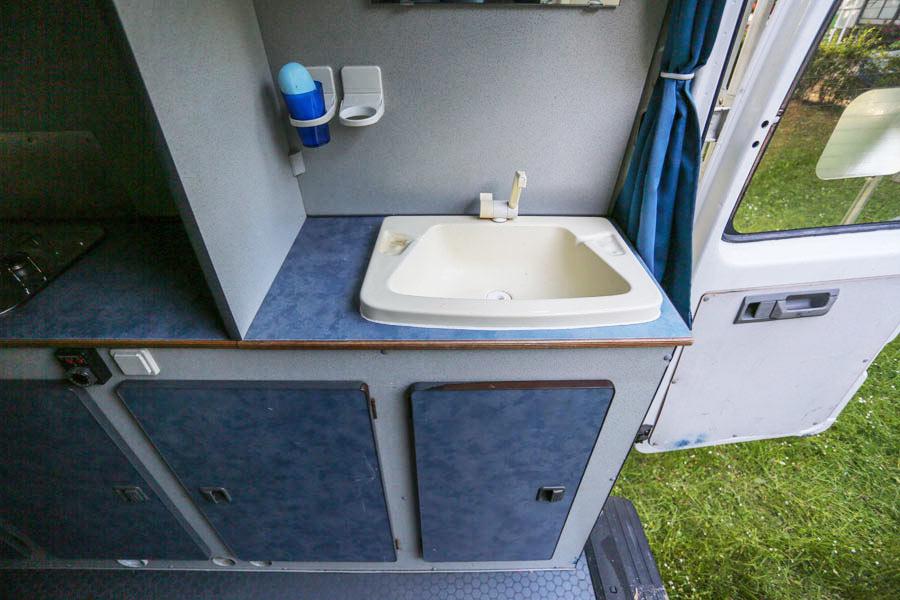 BulliHoliday Reisemobil mieten LT Max - Badezimmer mit Waschbecken 1
