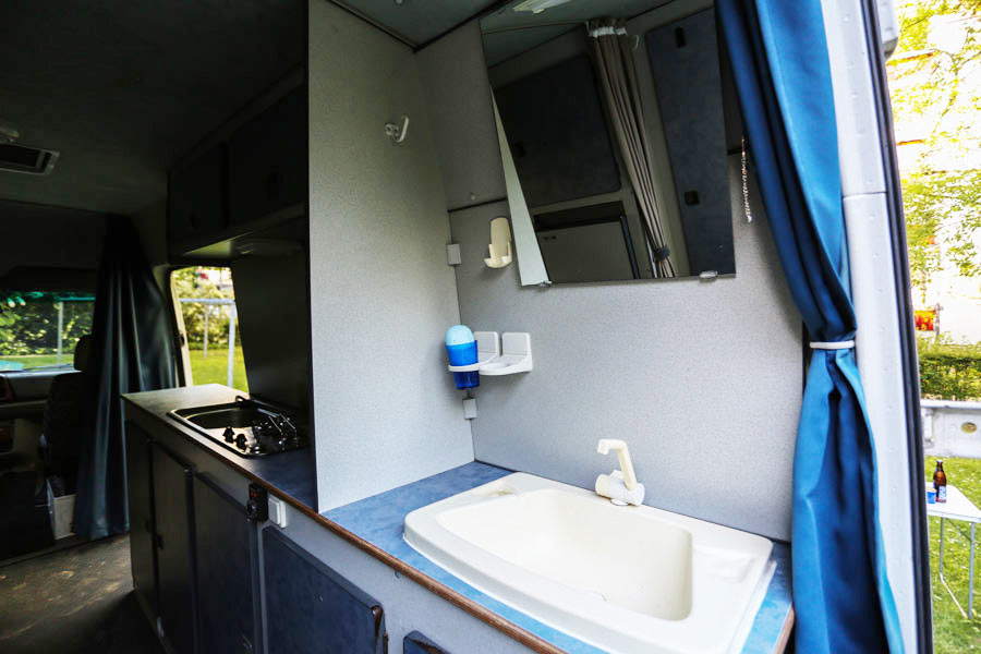 BulliHoliday Reisemobil mieten LT Max - Badezimmer mit Waschbecken 2