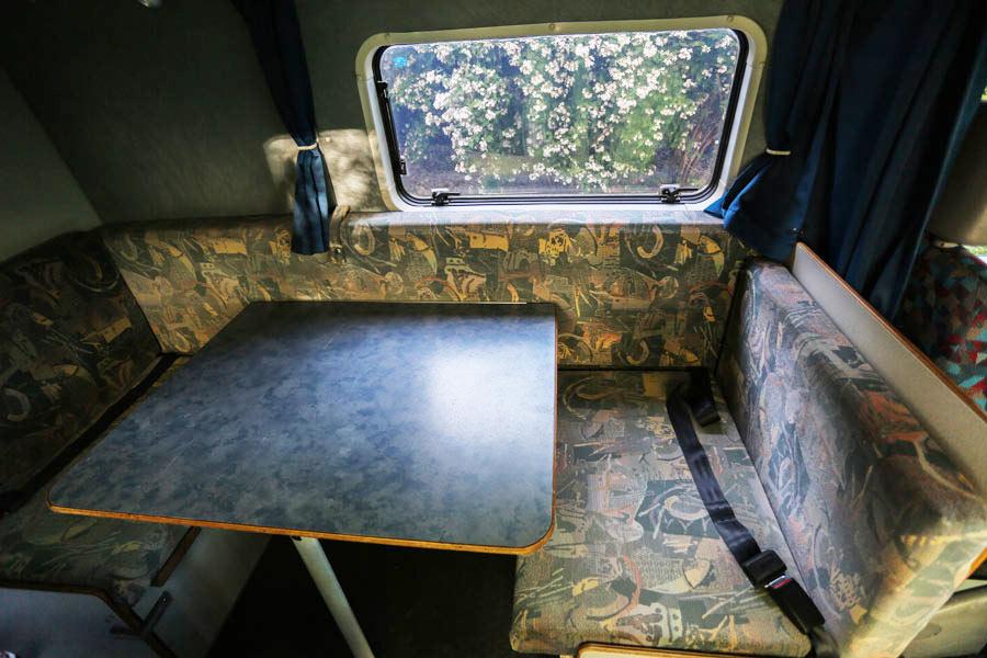 BulliHoliday Reisemobil mieten LT Max - Wohnbereich mit Sitzecke