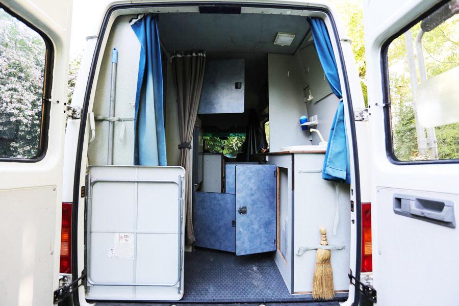 BulliHoliday Reisemobil mieten LT Max - geöffnete Hecktür und Blick in den Wohnraum