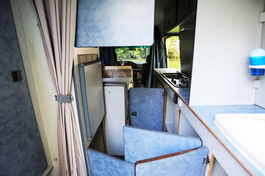 BulliHoliday Reisemobil mieten LT Max - Wohnraum mit geöffneten Schranktüren