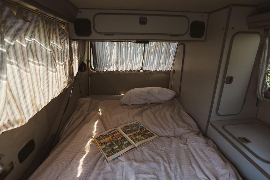 BulliHoliday VW Bulli mieten Kuno - ausgeklapptes Bett oben im Hochdach