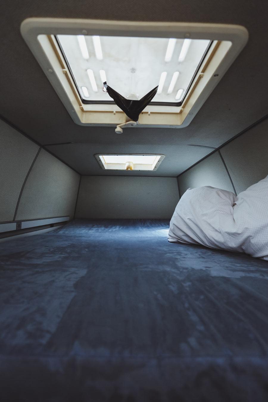 BulliHoliday VW Bulli mieten Kuno - geöffnete Schiebetür und Blick in den Wohnraum