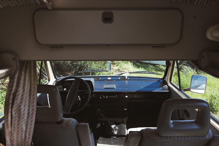 BulliHoliday VW Bulli mieten Kuno - Fahrerkabine und darüber ein Staufach