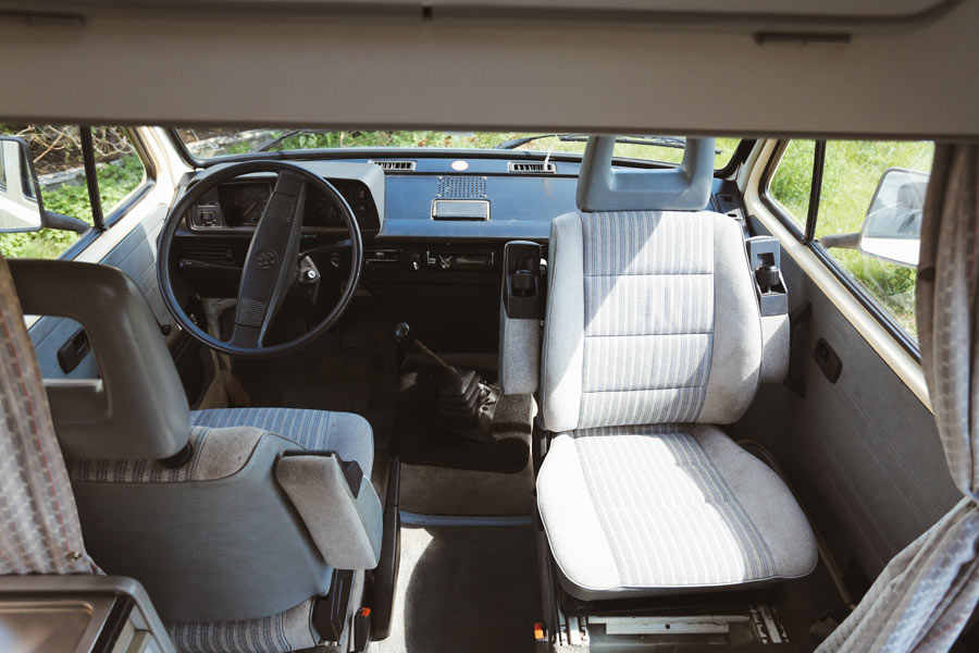 BulliHoliday VW Bulli mieten Kuno - Fahrerkabine mit drehbaren Pilotsitzen