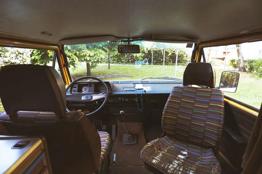 BulliHoliday VW Bus mieten Blumo - Fahrerkabine mit drehbaren Pilotsitzen