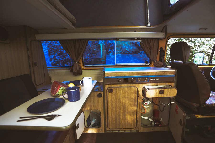 BulliHoliday VW Bus mieten Blumo - Sitzecke und Küche
