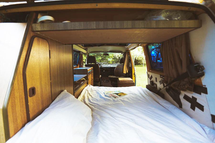 BulliHoliday VW Bus mieten Blumo - Bett aufgebaut unten 1