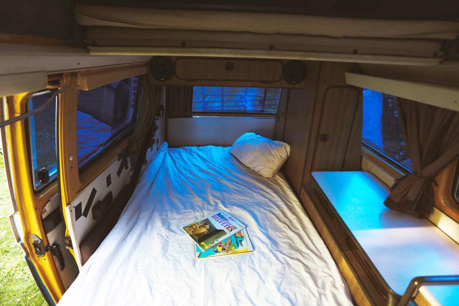 BulliHoliday VW Bus mieten Blumo - Bett aufgebaut unten 2