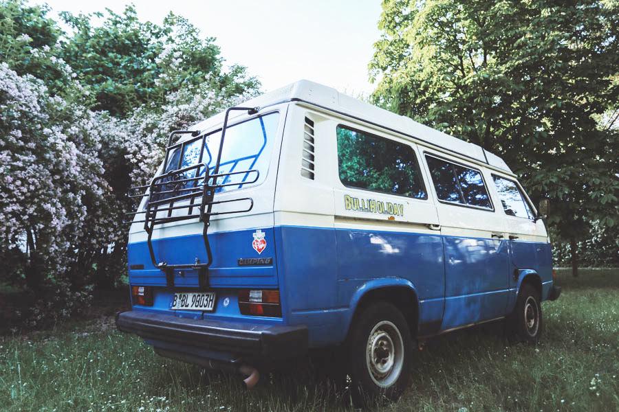 BulliHoliday VW Bus mieten Blumo - Heckansicht 1 mit Fahrradträger