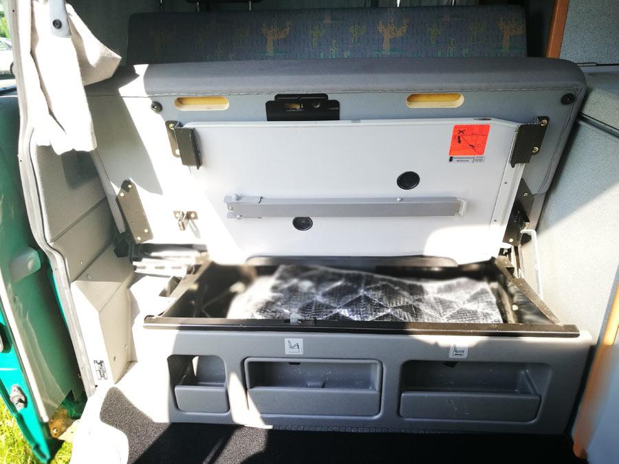 BulliHoliday VW California mieten Helga - Stauraum unter hinterer Sitzbank mit Technikzubehör 2