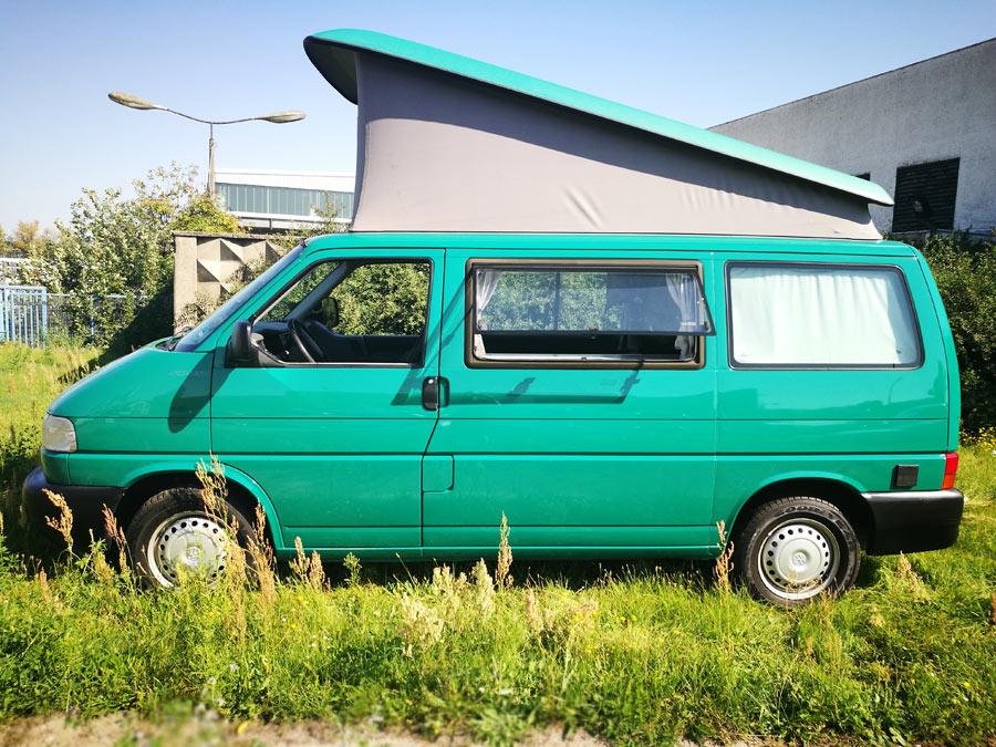 BulliHoliday VW California mieten Helga - Seitenansicht 2  mit aufgestelltem Aufstelldach