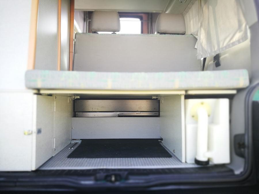 BulliHoliday VW California mieten Helga - Wasserversorgung unter Bett