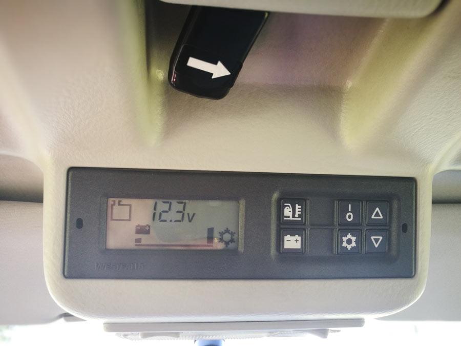 BulliHoliday VW California mieten Helga - Kontrolleinheit für Kühlschrank, Standheizung, u.s.w. 2