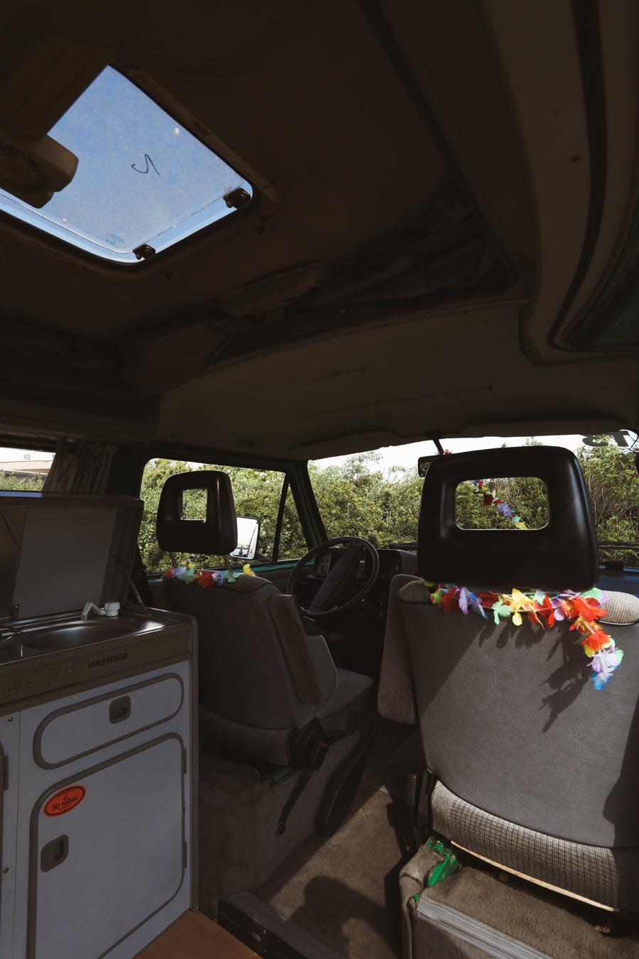 BulliHoliday VW Camper mieten Perle - Wohnraum mit einem Schwenk nach rechts