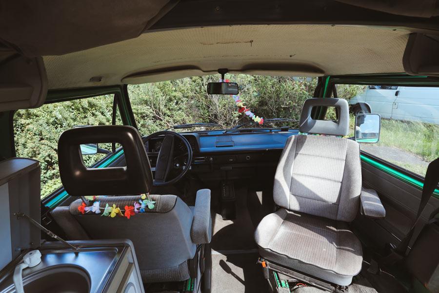 BulliHoliday VW Camper mieten Perle - Fahrerkabine mit drehbaren Pilotsitzen
