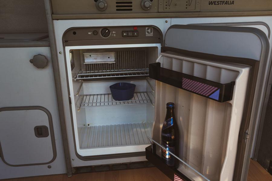 BulliHoliday VW Camper mieten Perle - Kühlschrank 2