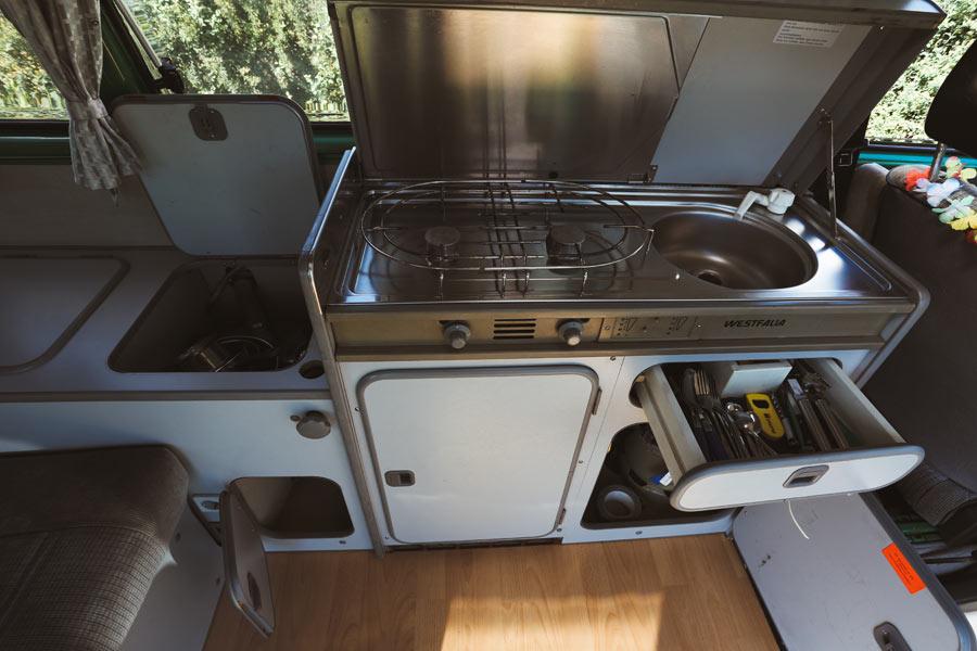 BulliHoliday VW Camper mieten Perle - Küche mit geöffneten Schränken